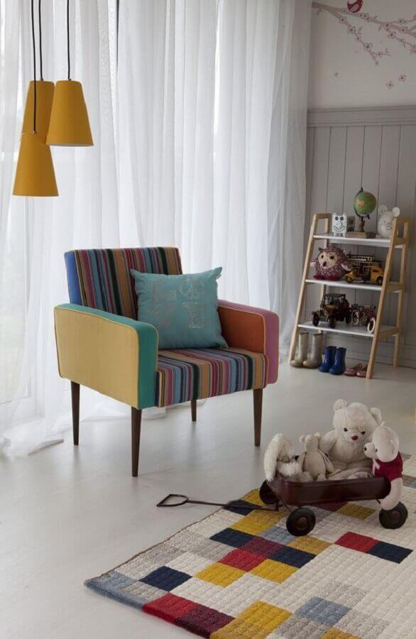 quarto infantil decorado com estante para brinquedos e poltrona colorida Foto Mobly