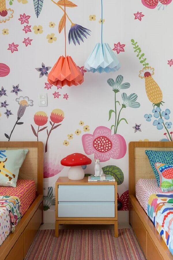 quarto infantil decorado com papel de parede flores coloridas Foto MOOUI