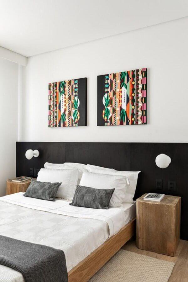 quarto simples decorado com cabeceira preta de madeira  Foto Meireles Pavan