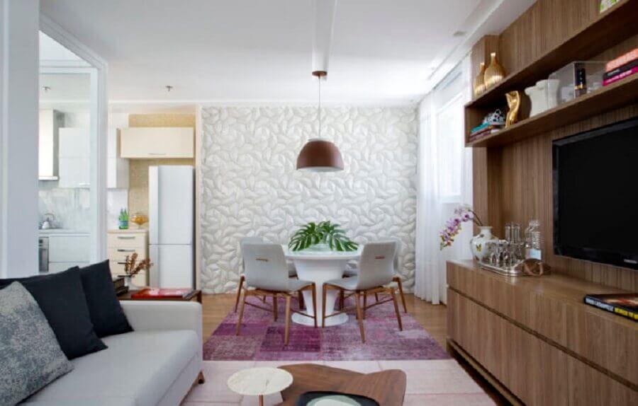 revestimento 3d e lustre pendente para sala de jantar integrada com sala de estar Foto Barino Estúdio Interiores