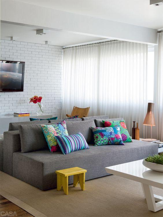 Revestimento 3D para sala branca com sofá cinza