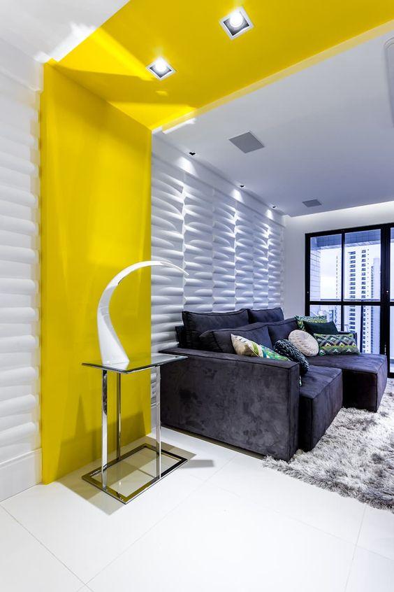 Revestimento 3D para sala com placa amarela na decoração