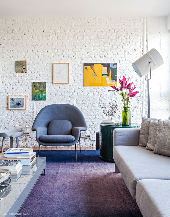 Sala de estar com revestimento 3D de tijolinho branco
