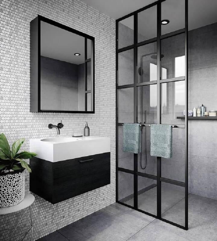 revestimento hexagonal cinza para decoração de banheiro com detalhes preto  Foto Arte do Mus