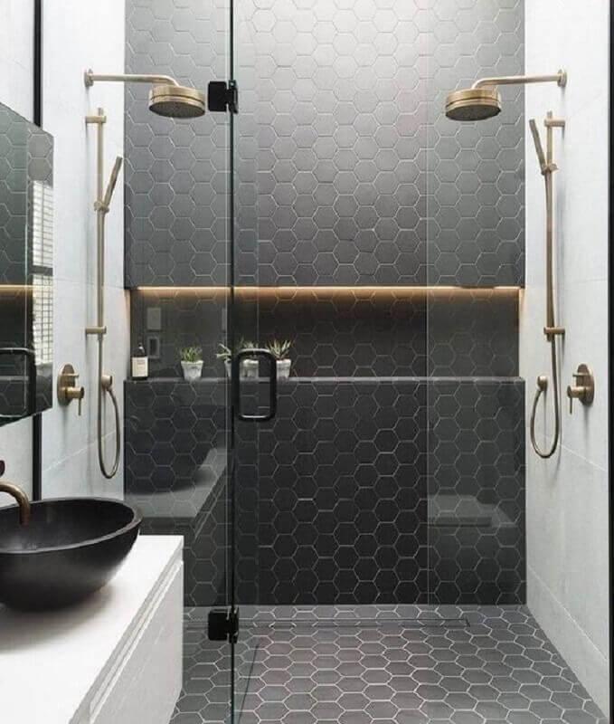 revestimento hexagonal com acabamento fosco para decoração de banheiro preto e branco  Foto Renata Anunciação