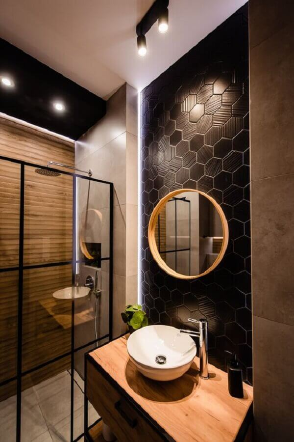 revestimento hexagonal e espelho redondo para decoração de banheiro preto e madeira Foto Apartment Therapy