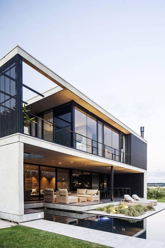 Fachada de casa moderna com vidro e piscina