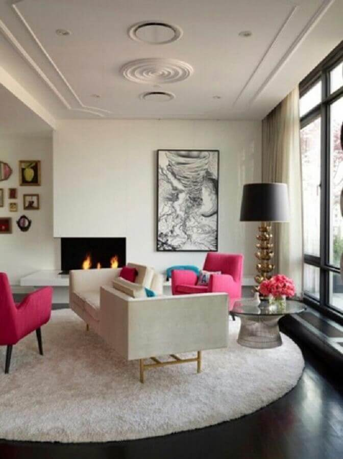 sala ampla decorada com abajur de chão e poltrona rosa pink Foto Pinterest