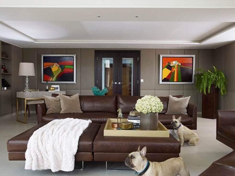 sala ampla e sofisticada decorada com sofá marrom escuro de couro Foto Houzz
