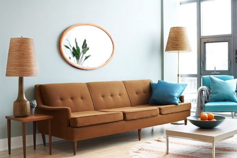 sala azul decorada com sofá marrom retrô  Foto Archidea
