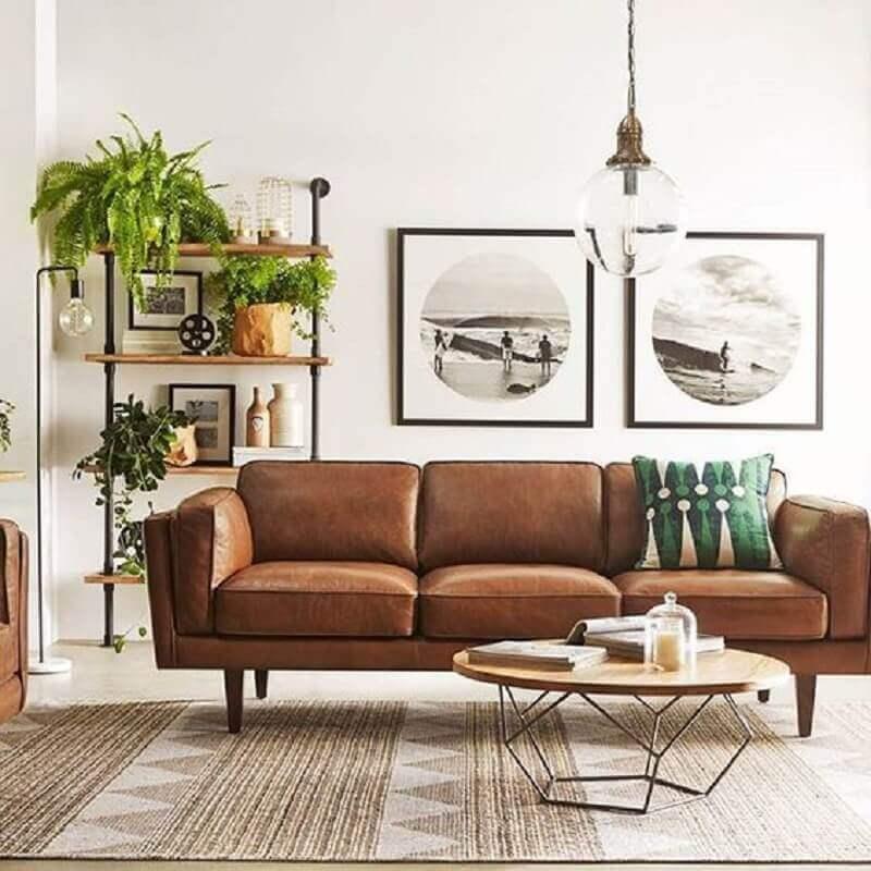 sala branca decorada com mesa de centro moderna e sofá de couro marrom Foto Casa Prosa Décor