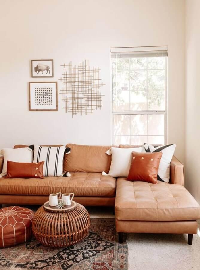 sala branca decorada com sofá marrom claro com chaise  Foto Art Gallery