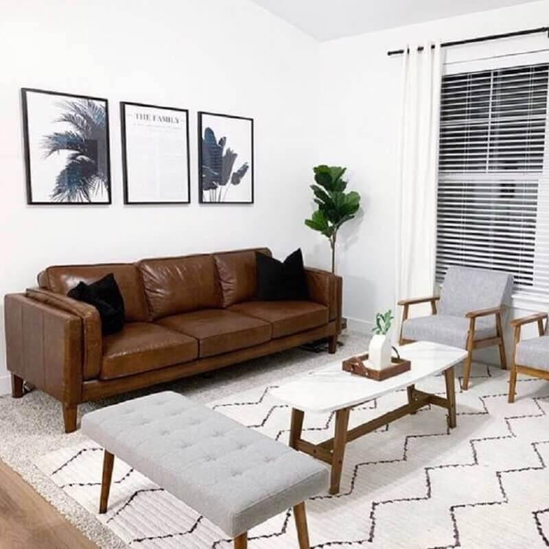 sala branca decorada com sofá marrom escuro e poltronas de madeira cinza Foto Pinterest