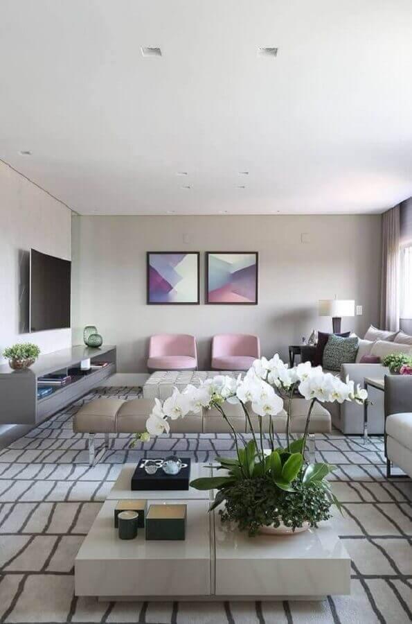 sala cinza ampla e moderna decorada com poltrona cor de rosa claro Foto Histórias de Casa