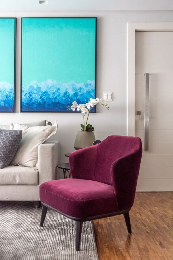 sala cinza decorada com quadro azul e poltrona colorida bordô Foto Spaço Interior Arquitetura