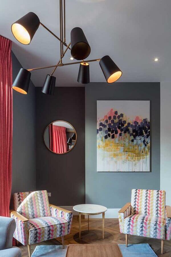 sala cinza moderna decorada com poltronas coloridas Foto Houzz