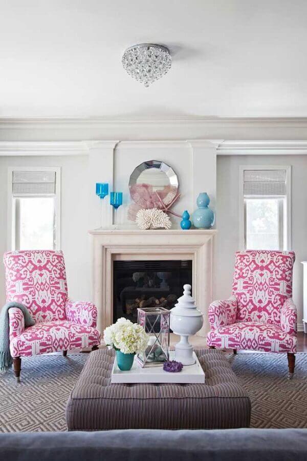 sala clássica decorada com poltrona rosa estampada Foto Pinterest