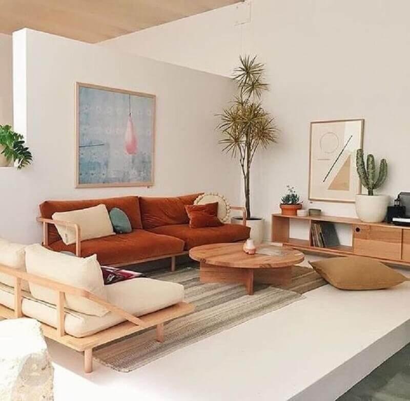 sala clean decorada com sofá marrom de madeira  Foto Pinterest