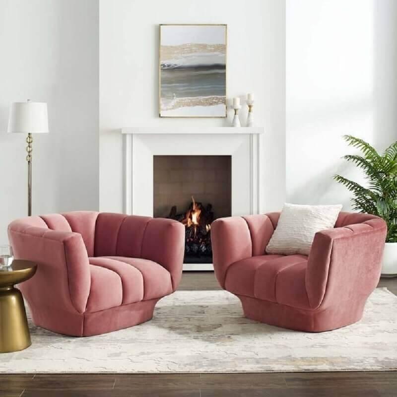 sala com lareira decorada com poltrona decorativa rosa confortável Foto Overstock
