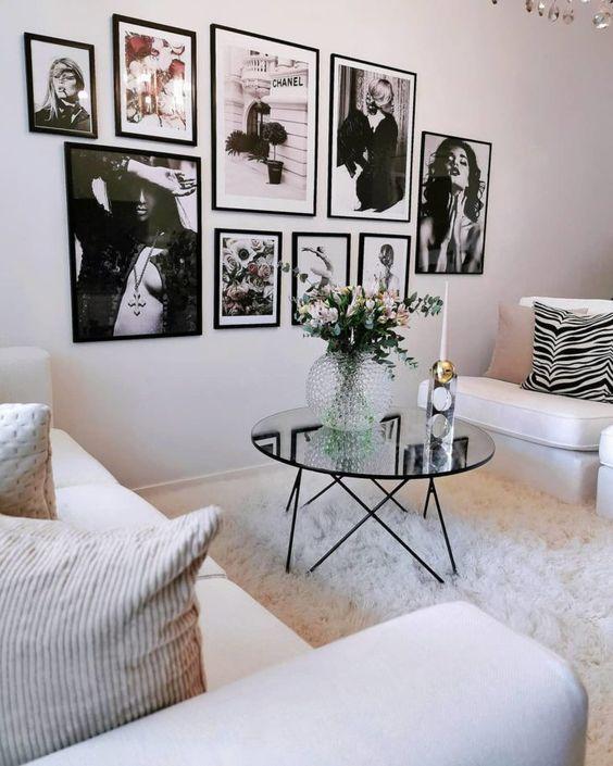 Sala com mesa espelhada de centro
