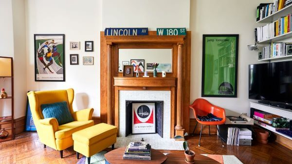 Sala moderna decorada com poltroan com puff amarela