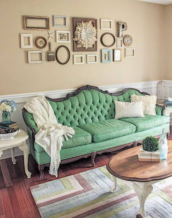 Sala de estar com sofá verde