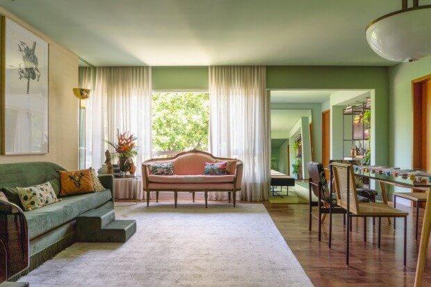 Sala com sofá rosa antigo