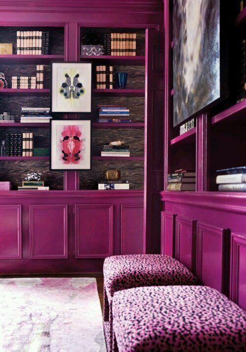 Sala roxa com prateleira e puff roxos