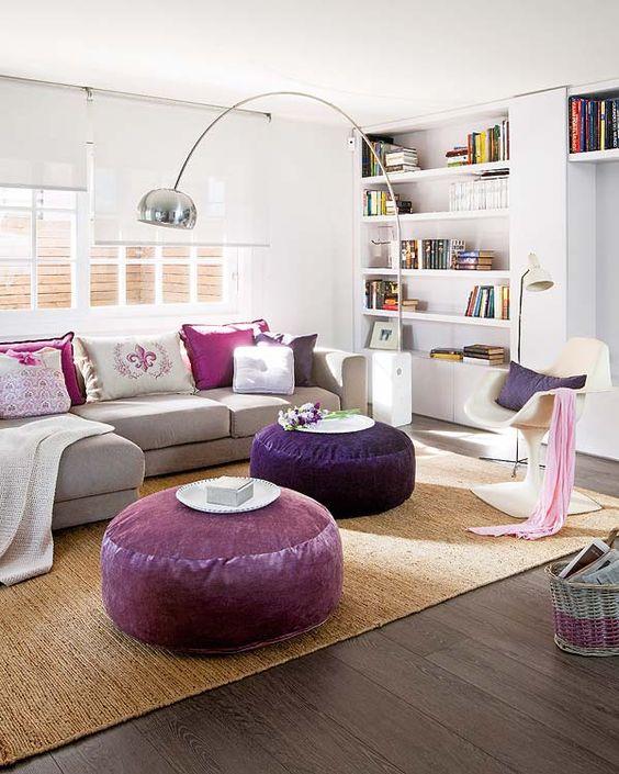 Sala roxa com puffs grandes e redondo