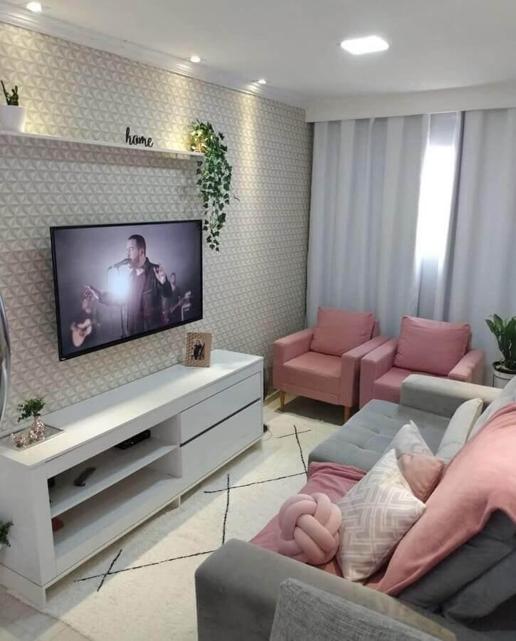 sala de TV decorada com sofá cinza e poltrona rosa bebê Foto Pinterest