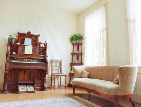 Sala de estar com sofá antigo