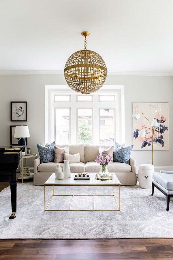 sala de estar decorada com lustre pendente redondo com acabamento dourado Foto Mysa Home Styling