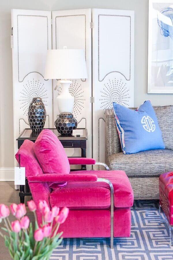 sala de estar decorada com poltrona rosa pink e abajur branco Foto Home Fashion Trend