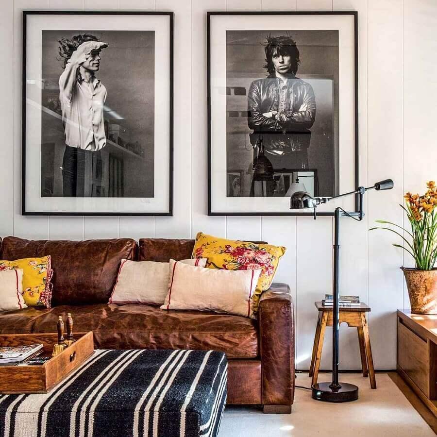 sala de estar decorada com sofá de couro marrom  Foto Ouriço Arquitetura