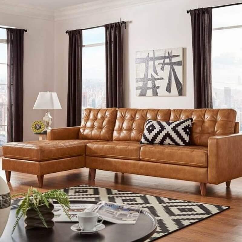 sala de estar decorada com sofá marrom claro com chaise Foto AllModern