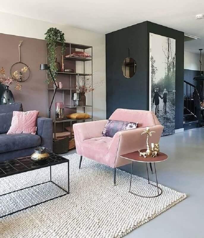 sala de estar decorada com tapete bege e poltrona rosa bebê moderna Foto Houzz