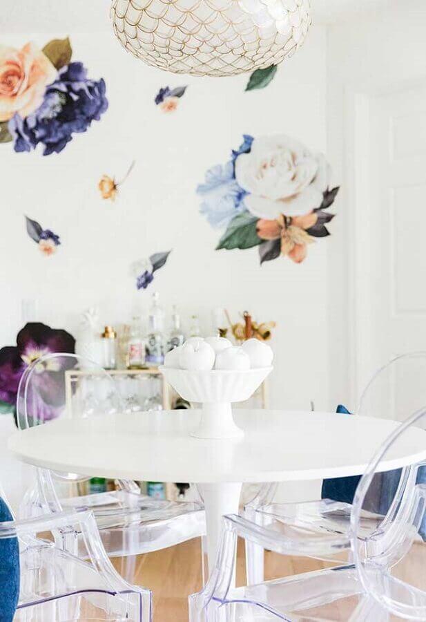 sala de jantar branca decorada com papel de parede flores coloridas Foto Simplesmente Sofisticada