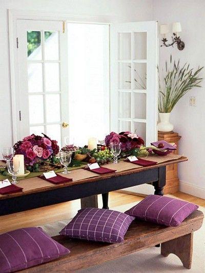 Sala de jantar decorada com flores roxas