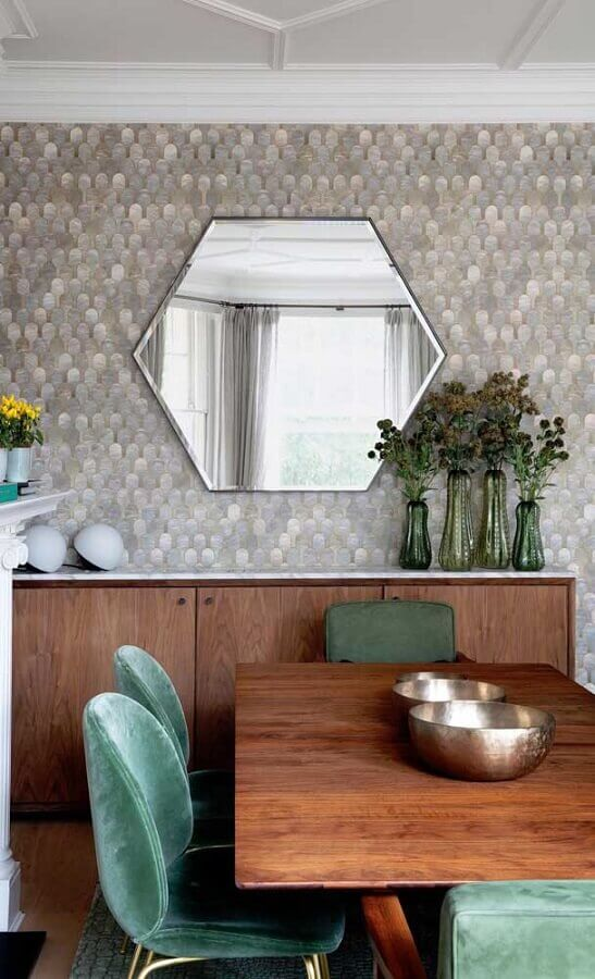 sala de jantar decorada com móveis de madeira e espelho de parede bisotado hexagonal Foto Jeito de Casa