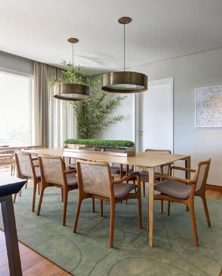 sala de jantar decorada com mesa de madeira retangular e lustre pendente redondo Foto Muito Chique