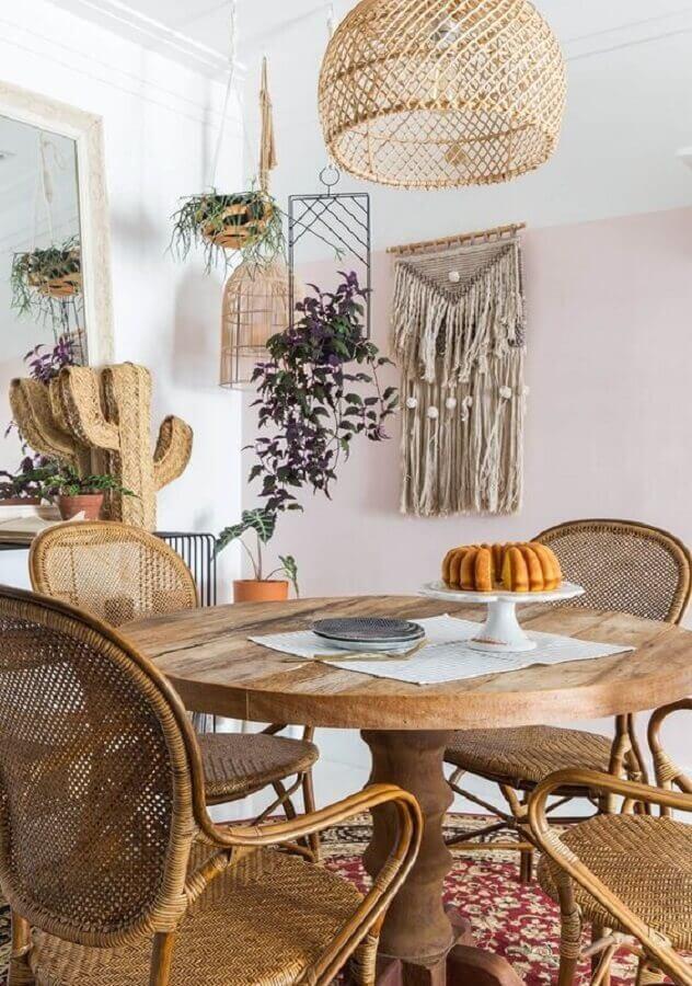 sala de jantar decorada com mesa redonda de madeira e lustre pendente rústico Foto Histórias de Casa