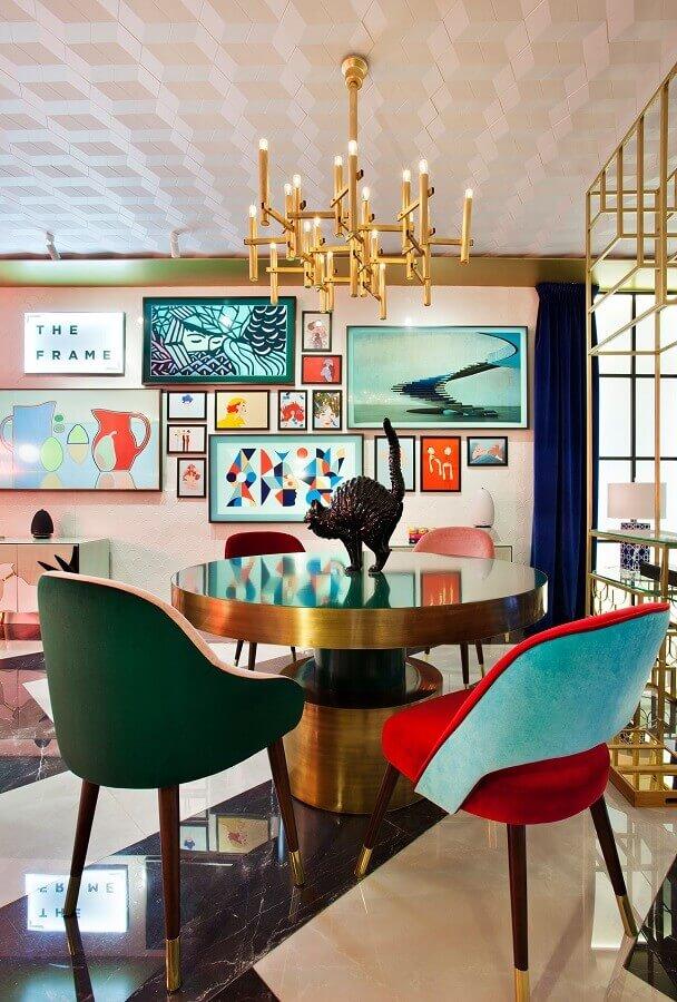 sala de jantar decorada com modelos diferentes de poltronas coloridas  Foto Moanne