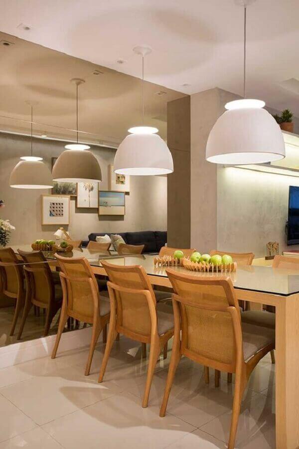 sala de jantar decorada com parede espelhada e lustre pendente branco para mesa de madeira Foto Casa de Valentina