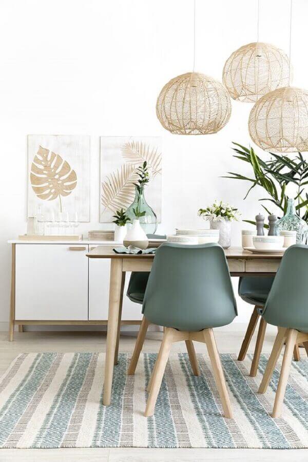 sala de jantar decorada com tapete listrado e lustre pendente rústico Foto Kenay Home