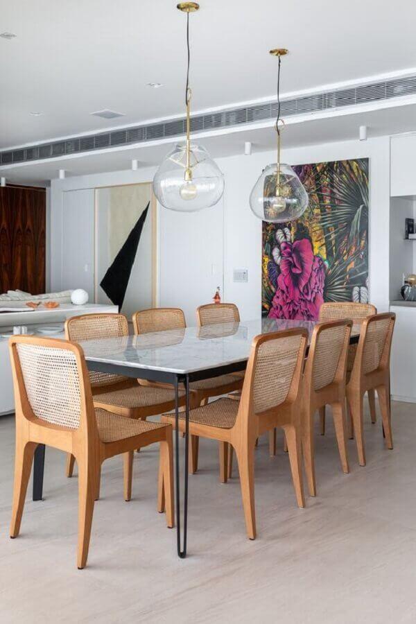 sala de jantar moderna decorada com lustre pendente de vidro Foto Serena & Lily