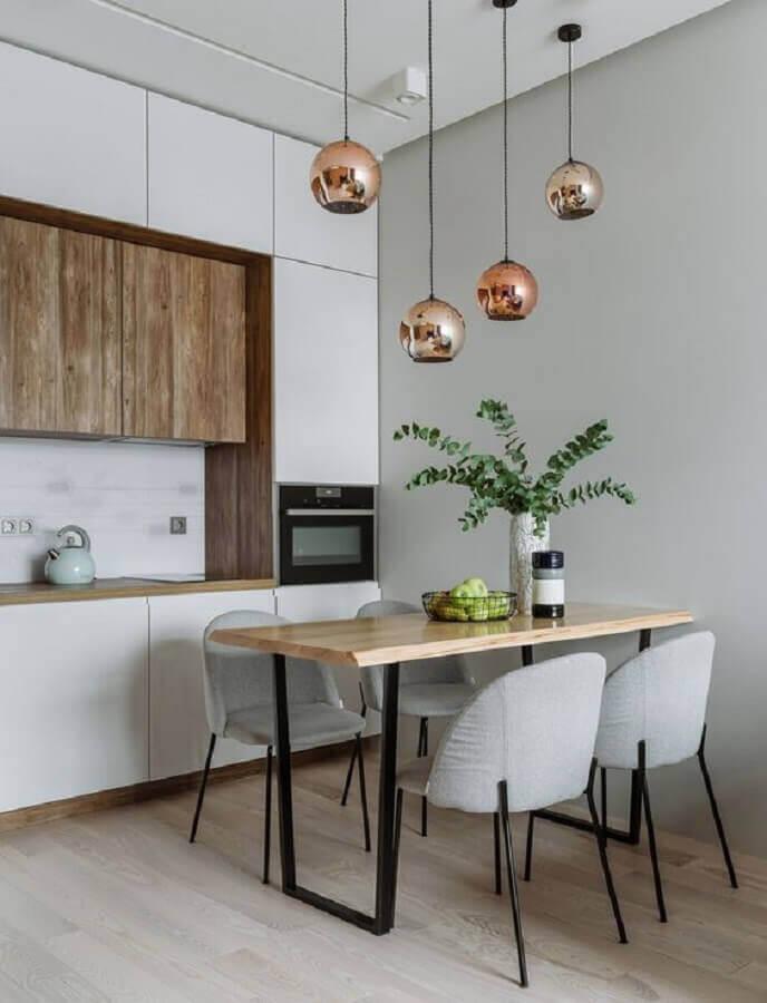 sala de jantar pequena e simples decorada com lustre pendente cobre Foto Casa de Valentina