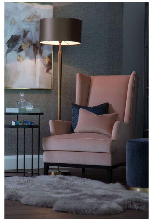 sala decorada com abajur de chão e poltrona rosa bebê Foto Pinterest
