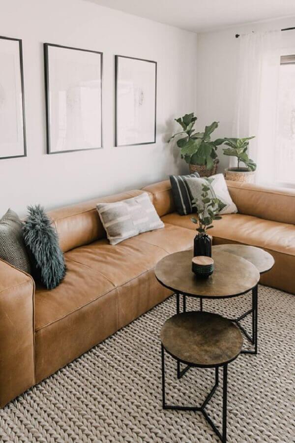 sala decorada com mesas de centro redondas e sofá de canto marrom  Foto Article