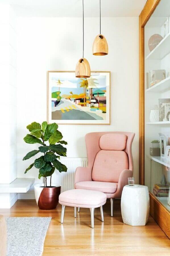 sala decorada com poltrona rosa claro moderna Foto Fashionismo