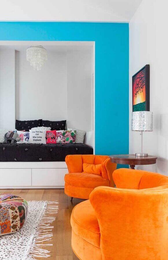 sala decorada com poltronas coloridas na cor laranja  Foto Pinterest